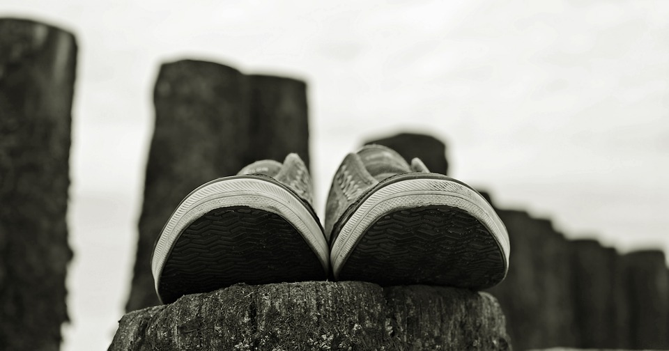 GC - illustration reflexologie - chaussures noir et blanc