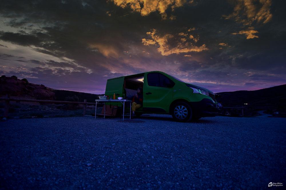 Le soir près du camion