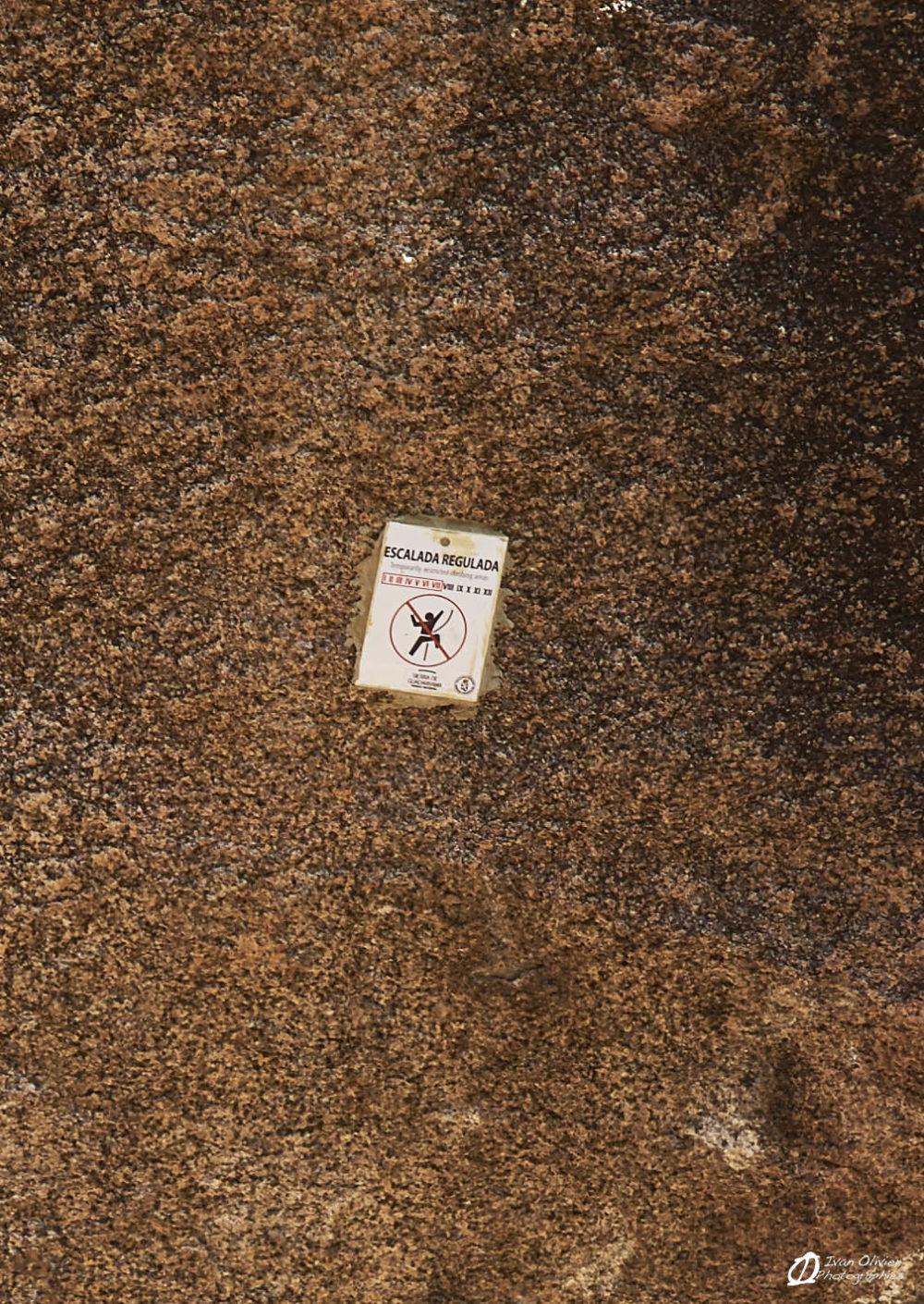 Les panneaux d'interdiction de grimpe