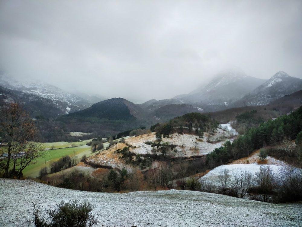 30/12/20 - Dans la première montée vers la chapelle, vue vers les anciennes terrasses (?) et le village