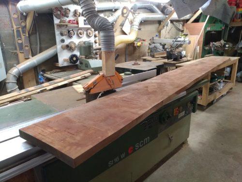Le bois brut qui va servir aux encadrements et au plan de travail du meuble cuisine