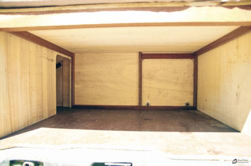 Vue depuis la porte arrière: La partie laissée vide sous le lit, on observe la trappe pour les objets longs