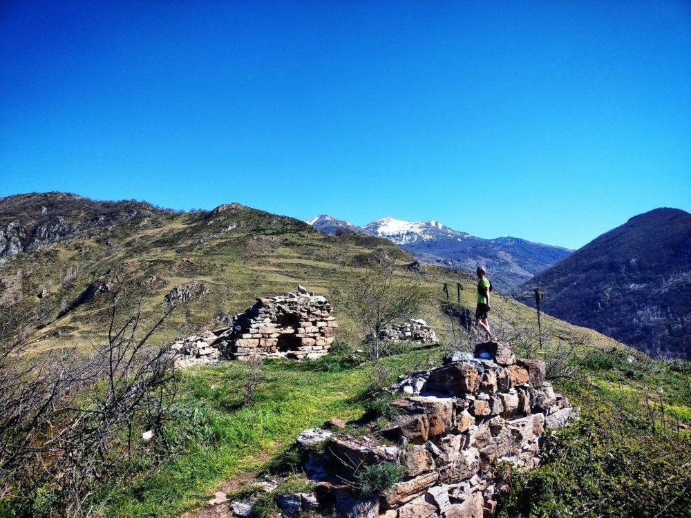 29/03/21 - Il ne reste pas grand chose des ruines de l'ermitage et sur son histoire, Vue sur le massif de Tabes en arrière plan