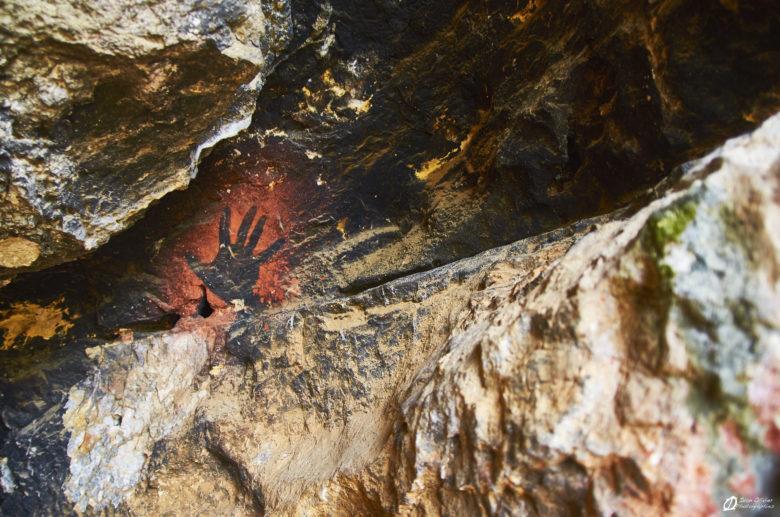 Le calcaire de la falaise du Bousquet, une roche âgée de 140 Ma et la peinture du main de moins de 20 ans.
